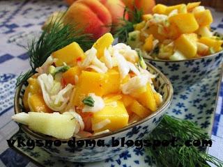 Салат с персиками и крабовым мясом (креветками)