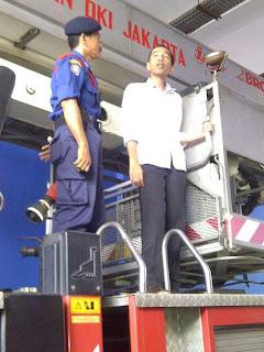 Jokowi Naik Mobil Pemadam Kebakaran