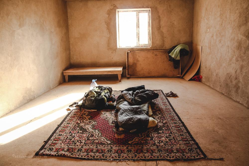 Einfacher Schlafraum mit Schlafsack auf dem Boden