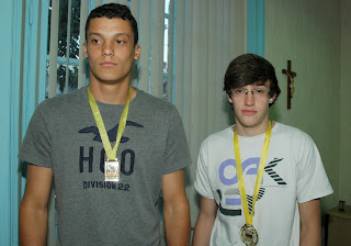 Bruno Brasil, 19 anos, e Yuri Carreiro, 18 anos exibem, com orgulho, as medalhas de campeões no Campeonato Estadual de Kickboxing