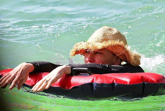 Don worry guys, Mrs. Cate Blanchett is drug free! Instead by the basis from her getaway with family in her private house at Port Vila, Vanuatu on Sunday, July 6, 2014. The actress made the most of her downtime on the picturesque of seashore in the island of Efate as she enjoying a dip in the ocean by herself while her 3 children's just looking at from the distance.