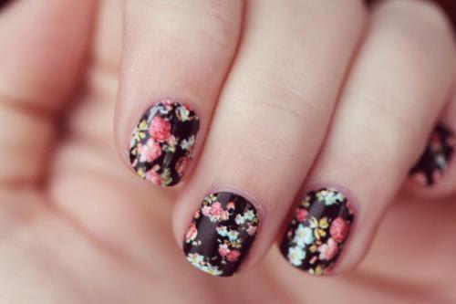 Lindas uñas decoradas con flores y colores sencillos