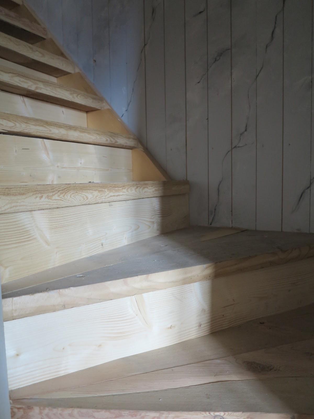 Ett gammalt timmerhus: vi har en trappa och ett hål...