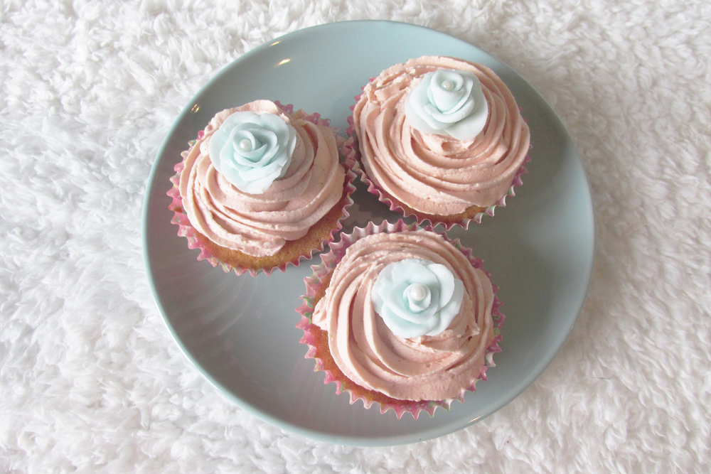 pretty cupcakes, buttercream icing, icing roses, roses made from icing, flowers for cupcakes, cupcake decorating,