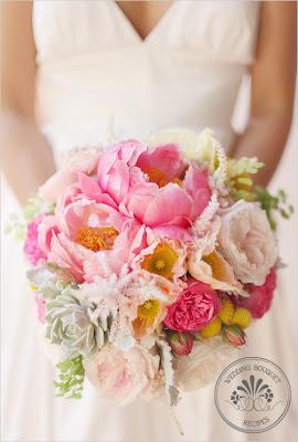 878007b823 A menyasszonyi csokrot mindig a menyasszonyi ruha stílusához és az ara  termetéhez, illetve az esküvő színvilágához, tematikájához kell igazítani!