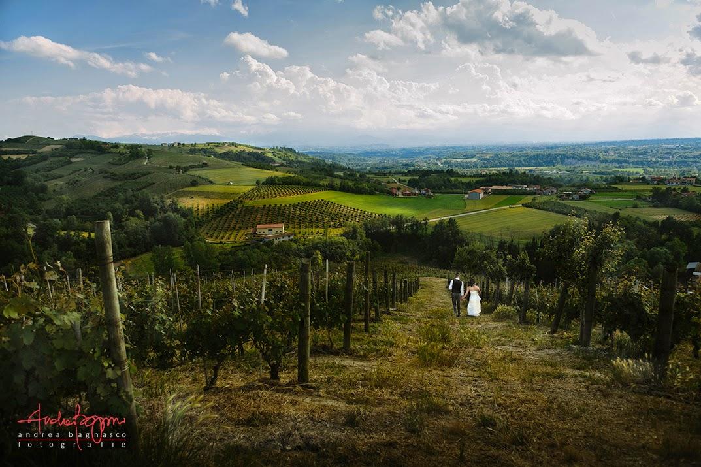 sposi e vista panoramica sulle vigne matrimonio Langhe
