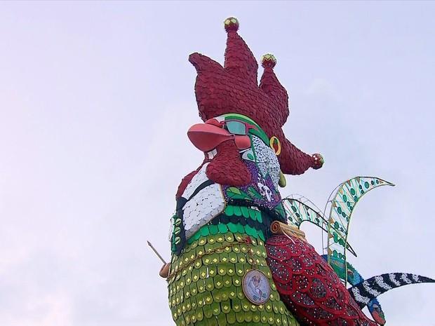 Carnaval de Recife: foto de uma enorme escultura do Galo da Madrugada e diversas pessoas caminham ao seu redor