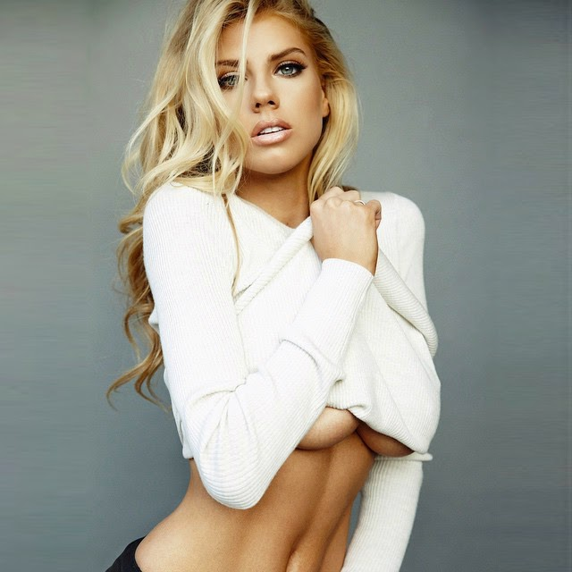 Charlotte McKinney en topless
