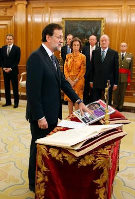 fotomontaje en el que se ve a Rajoy jurando el cargo sobre un ejemplar del diario Marca