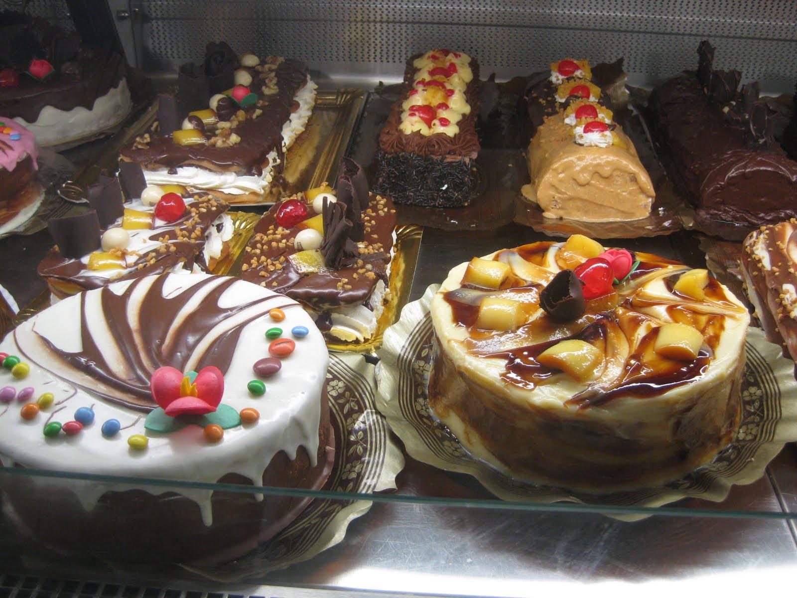 Utrera es famosa por su historia, el flamenco, el mostachón, las gallinas y !!! los dulces!!!.