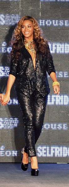 Fashionista and singer Beyonce glamorous style outfits black sequin suite.