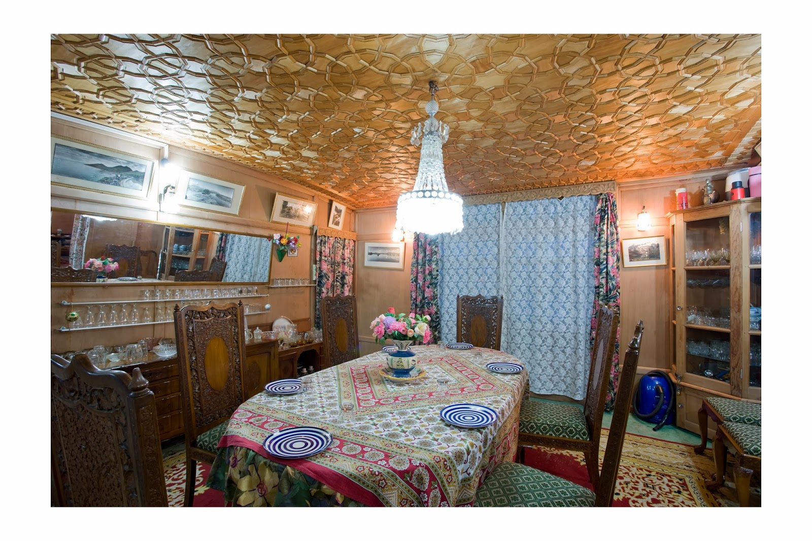 Houseboat dalgoma srinagar houseboat dalgoma srinagar for 01 bedroom ac deluxe houseboat