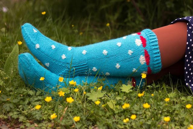 neulotut kirjoneule sukat sienisukat polka dots