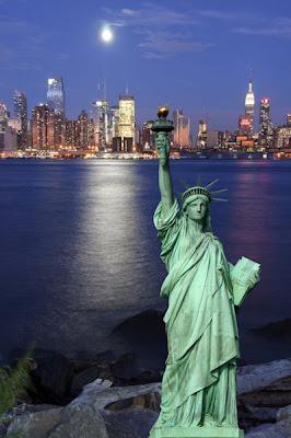 Paisaje de la ciudad de Nueva York en la noche (incluye la majestuosa Estatua de la Libertad)