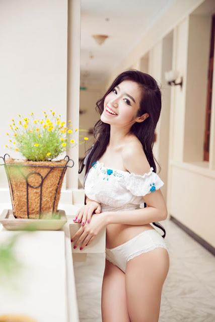 Không chỉ có vòng một khủng, Elly Trần có có vòng ba nở nang, quyến rũ.