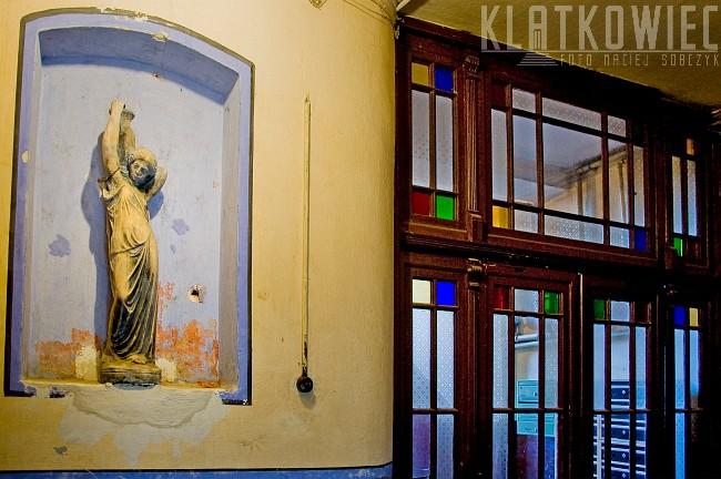 Toruń: klatka schodowa z rzeźbą z kobietą niosącą dzban