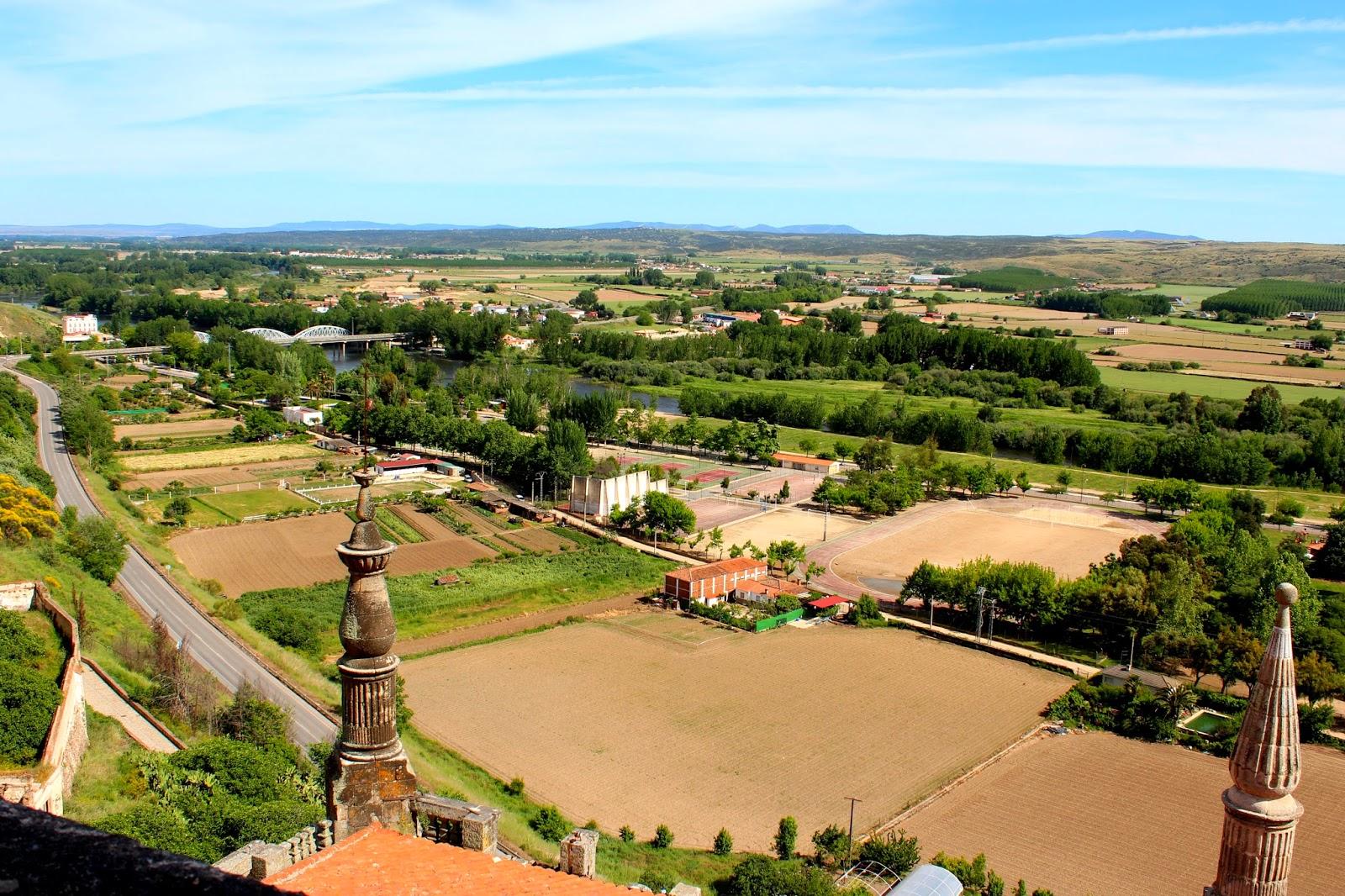 Antiguo cauce del río Alagón, hoy tierras de cultivo, y al fondo el cauce actual.