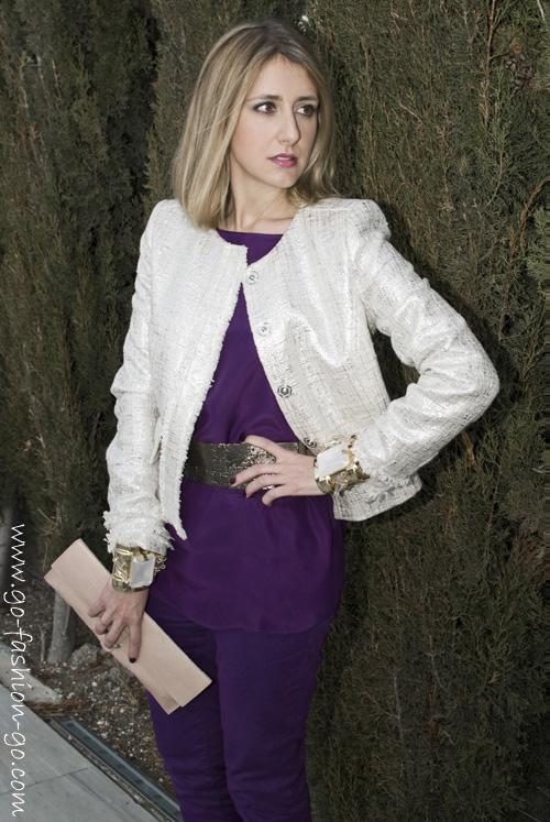 Look de morado con chaqueta blanca