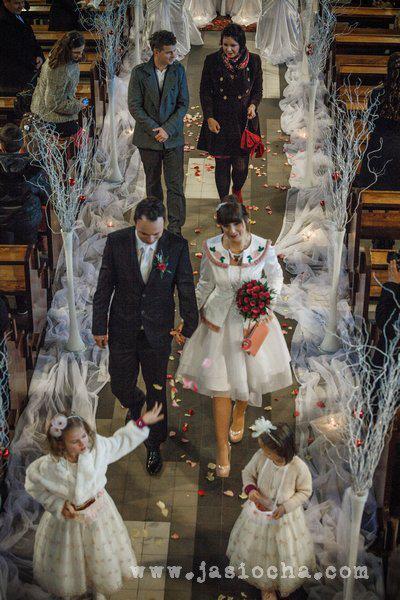 Zimowy ślubny wystrój kościoła