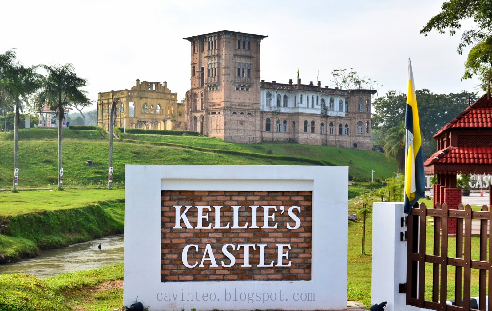 Entree kibbles kellie 39 s castle an abandoned haunted for Build your own castle home