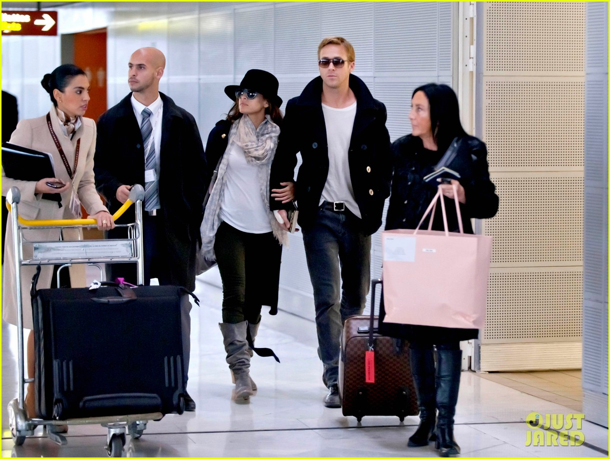 http://4.bp.blogspot.com/-6ezg2_xIeUo/TwhZTHFLYVI/AAAAAAAAMaA/48mc0dhTS8I/s1600/ryan-gosling-eva-mendes-holding-hands-paris-01.jpg