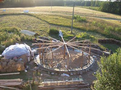 Возведение деревянного каркаса для круглого дома с колоной в центре.