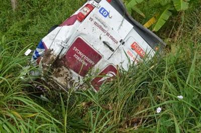 Ambulância capota e cai em ribanceira em Aurelino Leal.