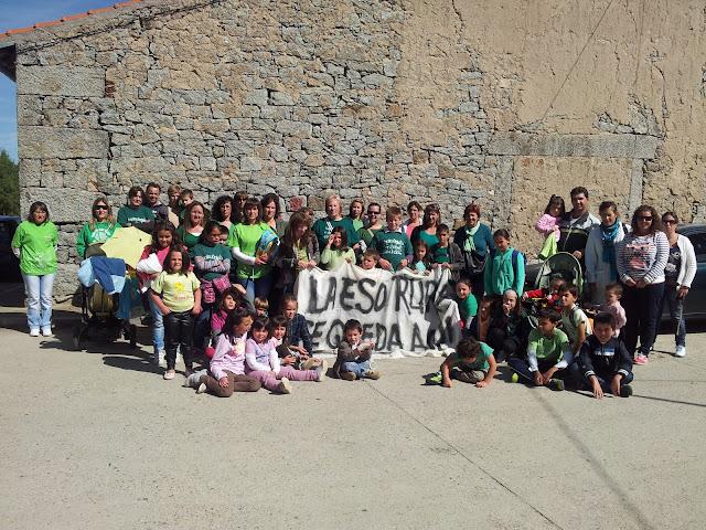 alumnos, padres, personal docente se manifiestan a la puerta del CEIP de Los Santos