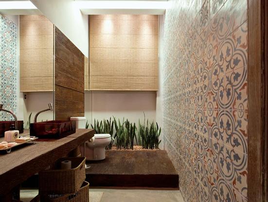 na parede, junto à madeira e a moderna cuba de acrílico vermelha