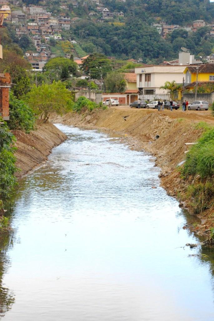 Ainda no bairro da Beira Linha, o rio que corta a região ganhou 250 metros de limpeza em ambos os lados, além de um muro de contenção feito de pedras