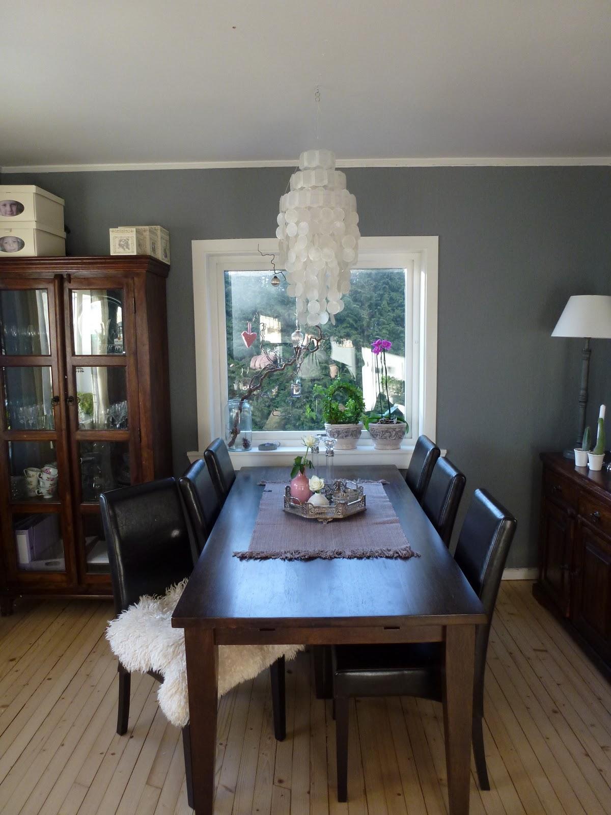 I stua til Liza: Spisestua med ny lampe...