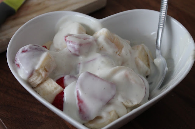 strawberries and bananas in fat free vanilla yoghurt slimming world pudding