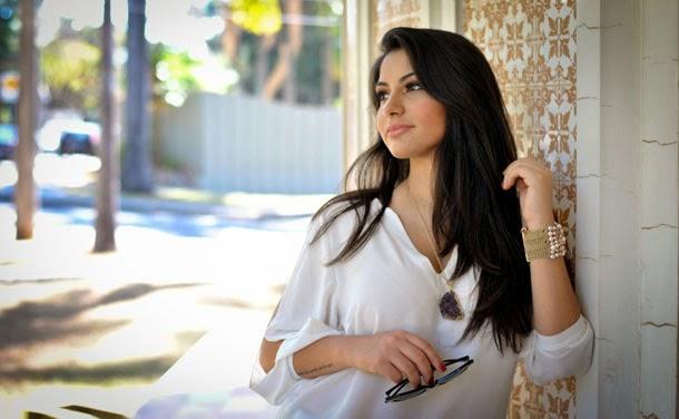 look leve para a primavera: camisa de seda branca - Bárbara Urias