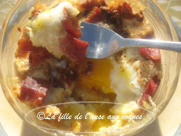La fille de l 39 anse aux coques ufs en cocotte la tomate s ch e au jambon et au cheddar fort - Cuisson oeuf a la coq ...
