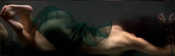 Evelyn Henriquez fotografia mulheres nuas sob a água