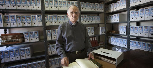 El párroco de la iglesia de La Concepción de Santa Cruz salva el archivo de futuras inundaciones