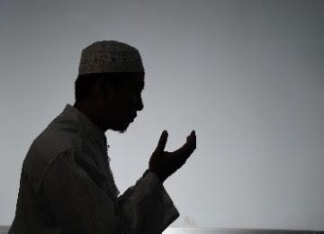berdoa dan menangis