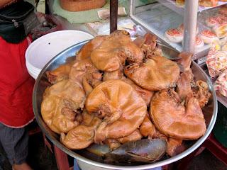 Свиные желудки в Phsar Thmei - центральный рынок в Пномпене, Камбоджа Есть и быть www.EatAndBe.ru