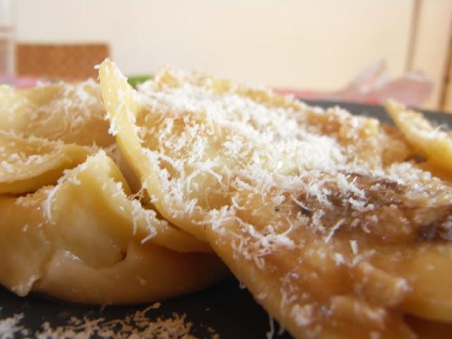 Pasta fresca (ravioli) rellena de queso azul y cebolla caramelizada