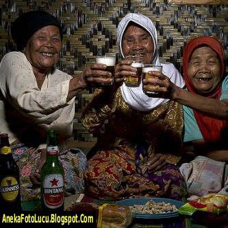 foto lucu Nenek-nenek Lagi Minum Bir