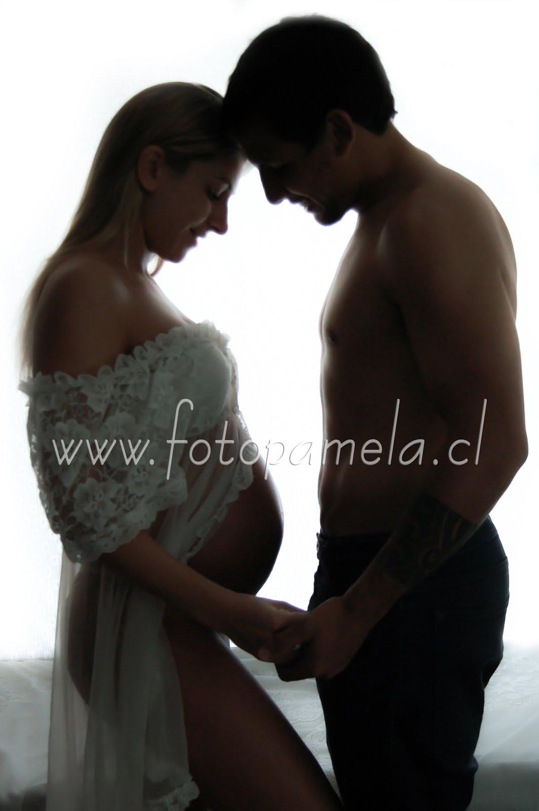 embarazada sesion pareja silueta en estudio fotografico en santiago