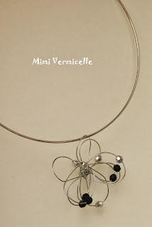 collier avec pendentif  fleur fil de fer perles acrylique façettes argent et violet sur ras de cou rigide argent par severine peugniez