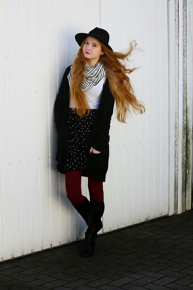 Floral Fascination Deutscher Modeblog - Mustermix alltagstauglich stylen Outfit - Weinrote Leggings Strumpfhose kombinieren - Sommerkleid wintertauglich kombinieren - Fashionblog