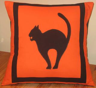 Almofada de Halloween laranja com gato preto