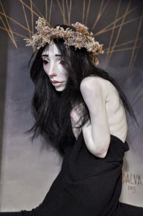 Jessica Laurel Louise Dalva esculturas e fantoches surreais bizarras femininas