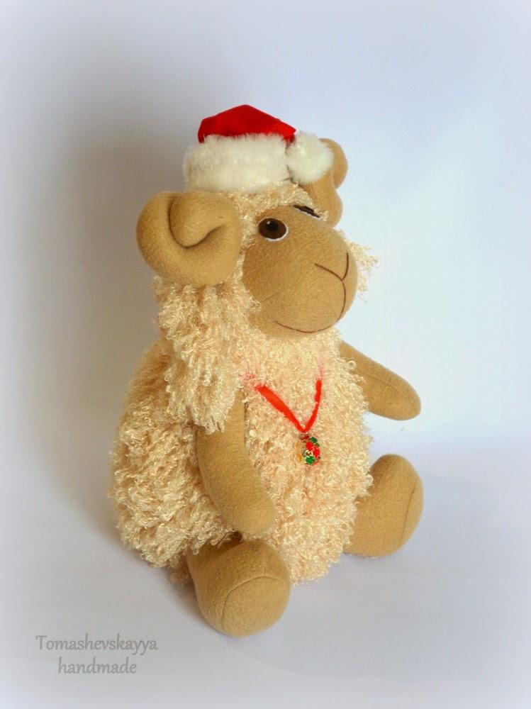 Игрушка Барашек новогодний в колпачке Санта-Клауса