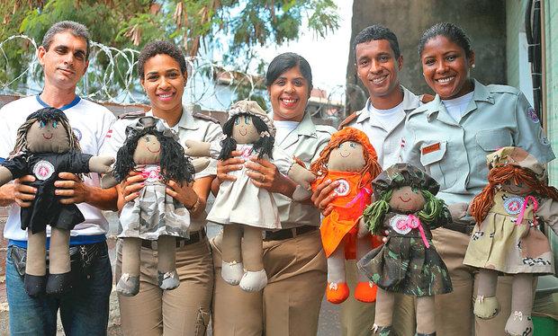 Equipe do Departamento de Promoção Social da PM mostra resultado de projeto, iniciado há cinco meses (Foto: Marina Silva/CORREIO)
