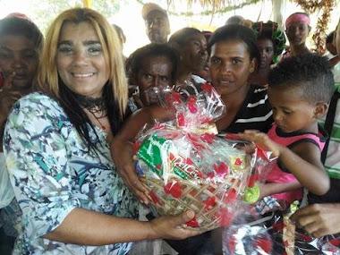 Arelis con el almuerzo a residentes del Naranjo Las Matas de Farfan 2016