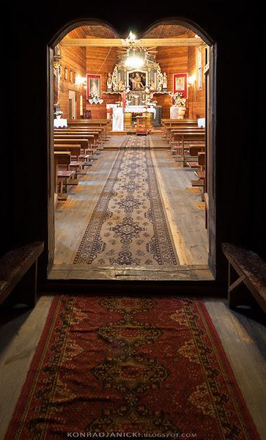 wnetrze kościoła drewnianego