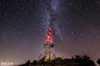 La torre en la cima de La Pandera en Valdepeñas de Jaén, Sierra Sur de Jaén con la Vía Láctea de fondo. Reserva Starlight.